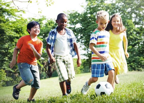 mit anderen Kindern spielen